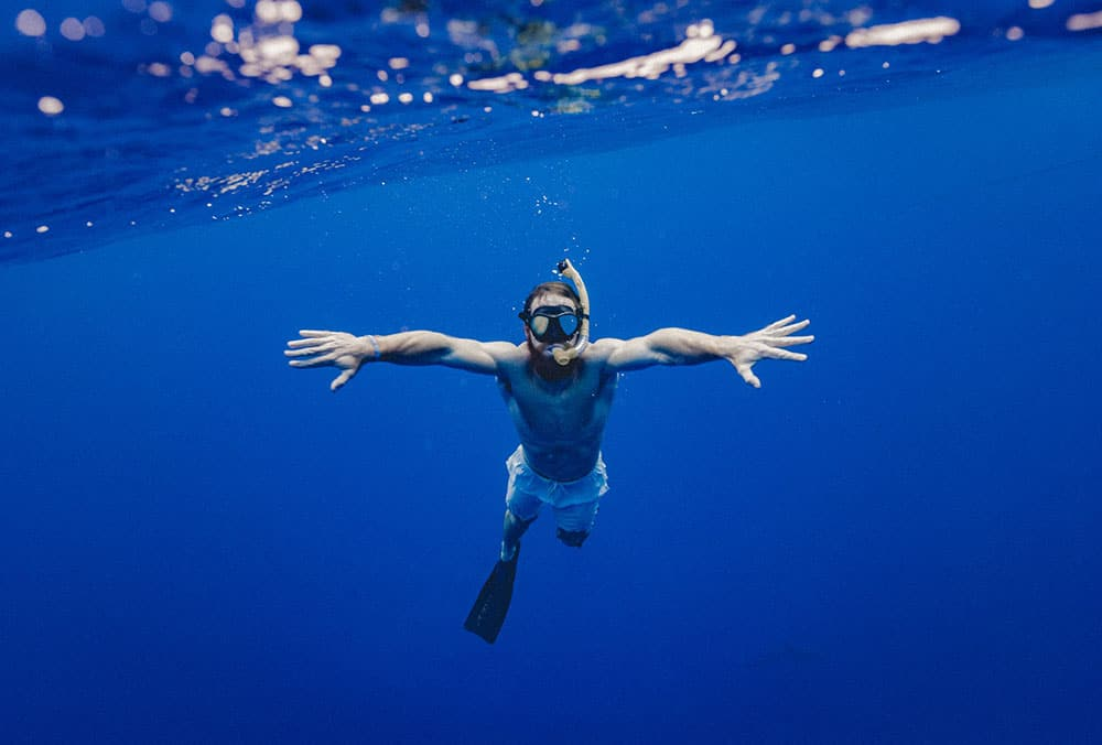 is it safe to go snorkeling with contact lenses
